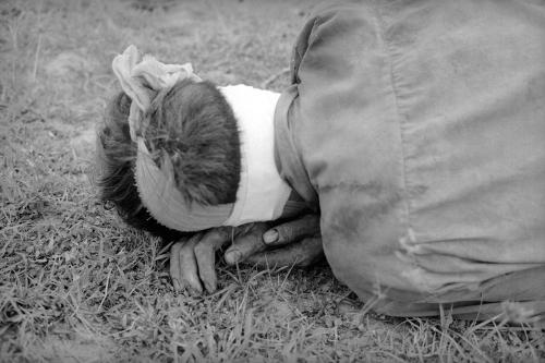Người lính Giải phóng bị thương nặng trong một cuộc giao tranh và bị bắt làm tù binh, gục đầu trên đôi bàn tay, tháng 8/1968. (AP/ The Atlantic)