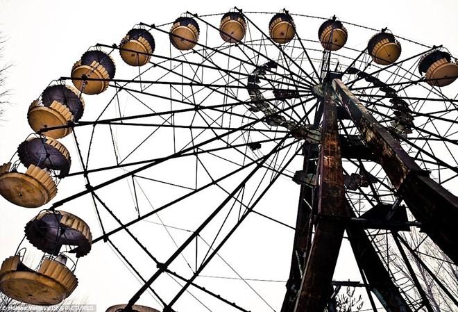 Khu vui chơi vắng bóng người sau thảm họa vào năm 1986. Đến nay số người thiệt hại trong thảm họa vẫn là đề tài gây tranh cãi. Một báo cáo của Chernobyl Forum kết luận rằng khoảng 50 người, chủ yếu là công nhân trong nhà máy, thiệt mạng do nhiễm phóng xạ. 4.000 người khác chết sau đó. Ảnh: Daily Mail
