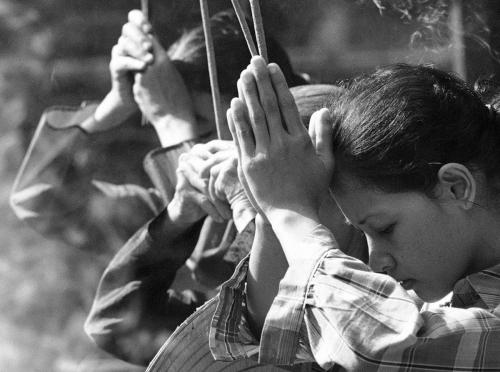 Những người phụ nữ Việt thắp nhang cầu bình an, tháng 8/1968. (AP/ The Atlantic)