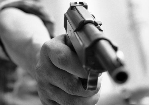 Bàn tay một người lính Việt Nam Cộng hòa chuẩn bị bóp cò súng, tháng 8/1968. (AP/ The Atlantic)