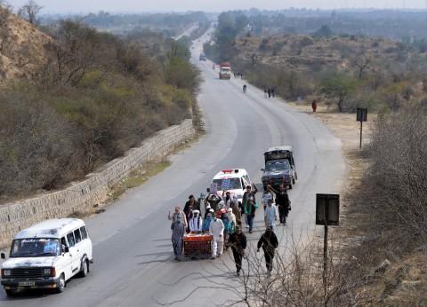 Trong bức ảnh chụp vào ngày 24/2/2014 này người nhà của những người bị mất tích ở tỉnh Baluchistan-khu vực tây nam đầy bất ổn của Pakistan đang đẩy một chiếc xe kéo tay mang theo ảnh của những người thân bị mất tích (Aamir Qureshi/Getty Images)