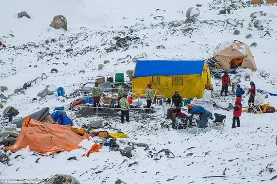 Trại dành cho người leo núi trên Everest tan hoang vì lở tuyết. Ảnh: 6 Summits Challenge