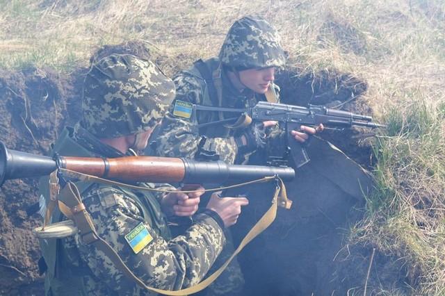 Ukraine đã phát triển thành công quân phục tàng hình? (Ảnh minh họa: Binh sĩ Ukraine trong một cuộc tập trận)