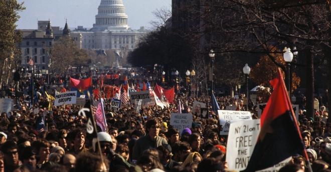"""Ngày 15/11/1969, hơn 500.000 người đổ xuống đường ở Washington, D.C., tham gia một trong những cuộc biểu tình lớn nhất trong lịch sử Mỹ. """"Một đội quân bất bình lớn nhưng ôn hòa di chuyển qua thành phố"""", tờ New York Times vào thời điểm đó đưa tin về sự kiện này. Ảnh: history.com"""