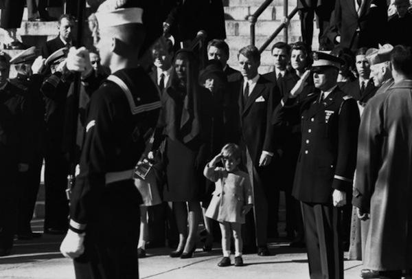 John F. Kennedy Jr. trong tang lễ của cha, Tổng thống thứ 35 của Mỹ, John F. Kennedy.