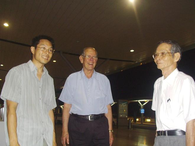 Thanh Campbell lần đầu gặp lại ba ruột, ông Nguyễn Minh Thạnh (phải), vào giữa năm 2009.