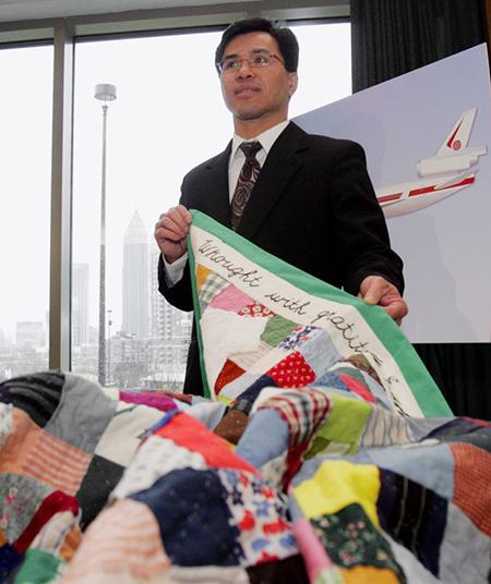 Jeff Thanh Gahr, một trong 57 trẻ em rời Việt Nam ngày 2/4/1975, tại cuộc họp báo công bố chuyến trở về quê hương của họ năm 2005. Ông giới thiệu tấm chăn được làm từ áo quần mà những đứa bé này từng mặc cách đó 30 năm khi lên máy bay sang Mỹ.