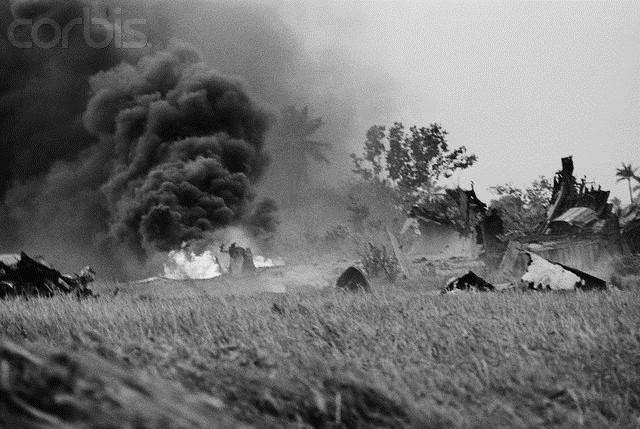 Cột khói đen bốc lên từ nơi C5A rơi tại một cánh đồng gần sân bay Tân Sơn Nhất vào ngày 4/4/1975. Số người thiệt mạng chính thức trong vụ tai nạn, theo tuyên bố của giới chức Mỹ, là 153 người, gồm 78 trẻ em Việt Nam. Ảnh: Corbis