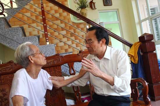 Người cha già sau 23 năm (bên trái) nghẹn ngào xúc đông khi nghe tin về người con trai thất lạc.