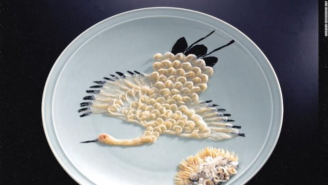 Món ăn nguy hiểm nhất: Đặc sản cá nóc của Nhật Bản có thể gây chết người nếu không chế biến đúng cách. Các cơ quan nội tạng của cá nóc, đặc biệt là gan và buồng trứng, chứa chất kịch độc. Tỷ lệ tử vong trung bình khi ăn cá nóc là 6,8%, chủ yếu là những trường hợp không phải do đầu bếp chuyên nghiệp chế biến.