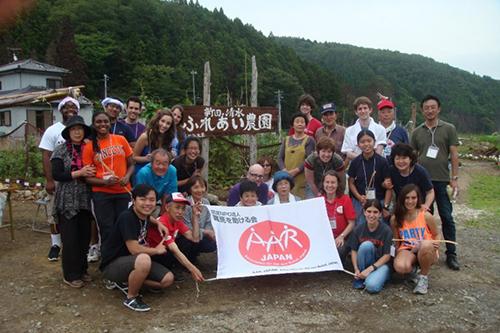 Vũ cùng các sinh viên, giáo sư của ĐH Princeton, ĐH Tokyo, và người dân của một ngôi làng bị tàn phá bởi thảm họa động đất, sóng thần ở Nhật Bản. Chuyến đi kéo dài 6 tuần của ĐH Princeton vào mùa hè năm 2012 để học về kinh tế-chính trị Nhật và cách nước này đối phó với thảm họa.
