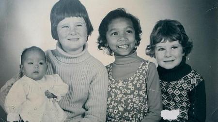 Le Thi Ha (trái) chụp ảnh cùng các anh chị em sau khi được nhận nuôi (Ảnh: NVCC)