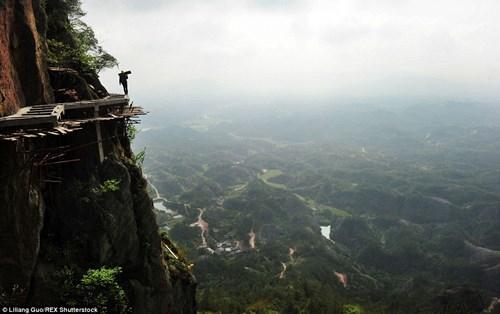 Các nhà chức trách Trung Quốc đã tận dụng sự nổi tiếng ở Pingjiang County để xây dựng con đường vòng quanh ngọn núi, nhằm phục vụ nhu cầu thưởng ngoạn phong cảnh của khách du lịch