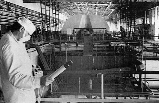 Một công nhân của nhà máy Chernobyl kiểm tra nồng độ phóng xạ trong phòng kỹ thuật của lò phản ứng số 1 và số 2 vào ngày 5/6/1986. Dù lò phản ứng số 4 hỏng nghiêm trọng, các lò phản ứng số 1, 2 và 3 khởi động lại vào tháng 10/1986 và tháng 12/1987. Nhà máy Chernobyl tiếp tục sản xuất điện hạt nhân tới khi đóng cửa hoàn toàn vào tháng 12/2000. Ảnh: Reuters