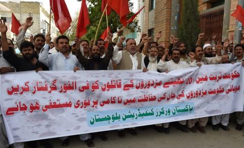 """Trong ảnh: các công nhân công đoàn Pakistan tiến hành phản đối ở Quetta ngày 11 tháng 4 sau khi các tay súng hạ sát 20 công nhân xây dựng ở tỉnh phía Tây Nam của Pakistan đầy bất ổn. Chính quyền Trung Quốc sẽ xây dựng """"Con Đường Tơ Lụa"""" xuyên qua khu vực được biết đến là nơi tập hợp của các nhóm khủng bố và phe ly khai. (BANANAS KHAN/Getty Images)."""