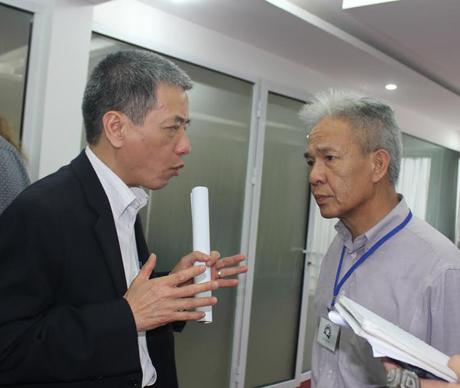 Ông Peter Nguyễn trò chuyện thân mật với ông Bùi Thế Giang (trái).
