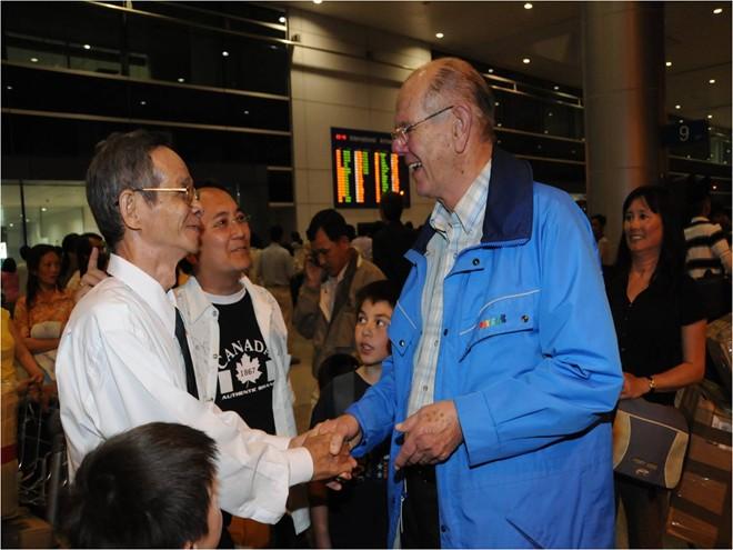 Hai người cha của Thanh Campbell gặp nhau năm 2009.