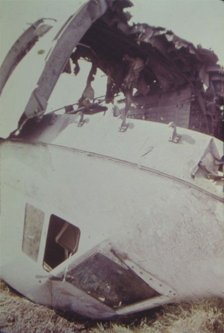 Cú va đập mạnh khi C5A rơi xuống đất khiến buồng lái văng khỏi thân máy bay. Khi máy bay lên độ cao 7.000 m, cửa đuôi bung ra khiến áp suất trong khoang giảm nhanh chóng. Nhiều sự cố kỹ thuật khác xảy ra ngay sau đó. Các phi công cố gắng điều khiển máy bay trở lại sân bay Tân Sơn Nhất để hạ cánh khẩn cấp. Nhưng phi cơ hư hỏng nặng nên nó rơi xuống. Ảnh: Flickr