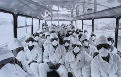 Đầu tháng 5/1986, dù lượng phóng xạ đang ở mức cực cao, lực lượng giải quyết hậu quả của vụ nổ vẫn dũng cảm thực hiện nhiệm vụ. Do không có thiết bị bảo hộ cần thiết và chưa biết rõ mức độ nguy hiểm, nhiều tình nguyện viên đã phơi nhiễm phóng xạ. Theo một báo cáo của Tổ chức Y tế Thế giới (WHO), Liên xô đã huy động lực lượng gồm hơn 6.000 người tới Chernobyl để khắc phục hậu quả của vụ nổ. Ảnh: Wikipedia
