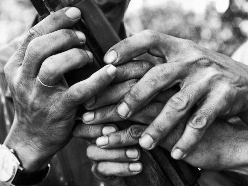 Dân thường học cách sử dụng súng trường trong chương trình huy động dân sự chính quyền miền Nam Việt Nam tháng 8/1968. (AP/ The Atlantic)