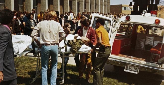 Tại Đại học Kent State ở Ohio, Cảnh vệ Quốc gia đối đầu những người biểu tình sau khi một tòa nhà bị đốt cháy. Lực lượng cảnh vệ nổ súng vào sinh viên, khiến 4 người thiệt mạng và làm 8 người bị thương. Ảnh: history.com