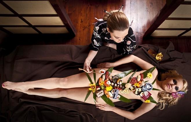 """Món ăn quyến rũ nhất: Món sushi của Nhật nổi tiếng với màu sắc và tạo hình đầy nghệ thuật, nhưng một số nhà hàng đã đưa món này lên một tầm cao mới. """"Nyataimori"""" là sushi được bày trên cơ thể một thiếu nữ khỏa thân. Rất ít nhà hàng phục vụ Nyataimori và thường với một cái giá không dễ chịu chút nào."""