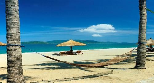 Mũi Né sở hữu bãi biển hoang sơ tuyệt đẹp, với những khu nghỉ mát sang  trọng