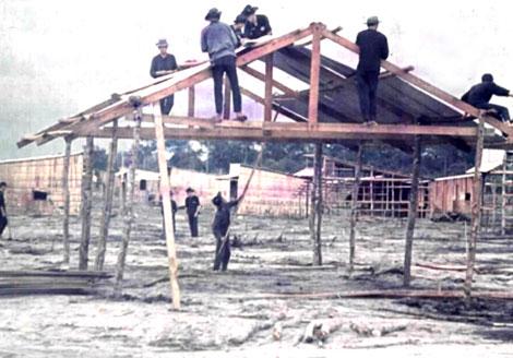 """Để moi tin tình báo, """"cán bộ xây dựng nông thôn"""" mị dân bằng cách làm nhà giúp dân."""