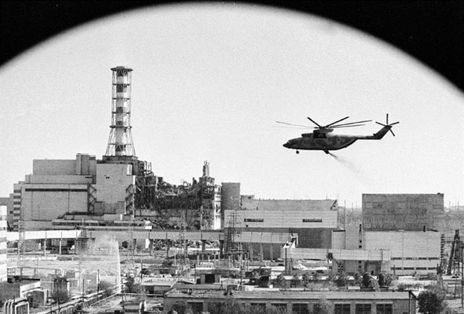 Chính quyền Liên xô điều trực thăng phun thuốc khử phóng xạ xuống lò phản ứng số 4. Nhiều biện pháp nhằm lượng phóng xạ phát tán - như thả cát và chì xuống hiện trường vụ nổ - cũng được triển khai ngay sau tai nạn. Ảnh: RIA Novosti
