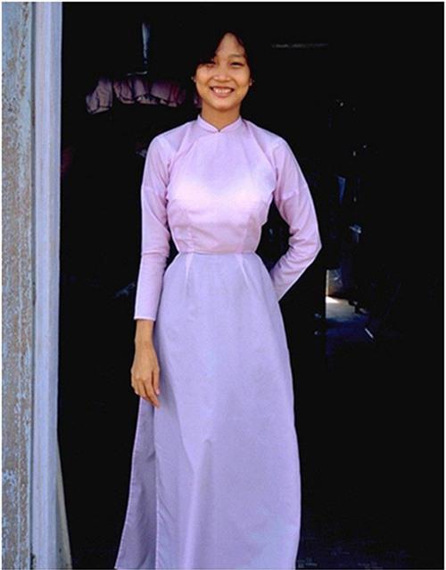 Hình ảnh gợi nhớ da diết về áo dài Sài Gòn xưa, đường eo cao, nhấn sâu tôn vinh dáng hình phụ nữ, vừa quý phái vừa mộc mạc, tự nhiên.