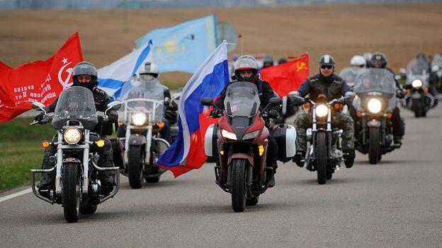 Nhóm 'Sói Đêm' mang theo nhiều cờ quạt dân tộc chủ nghĩa Nga và màu sắc cộng sản