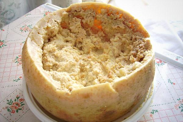 """Món ăn """"kinh dị"""" nhất: Phô mai giòi Casu Marzu, đặc sản của Italy, được làm từ sữa cừu, chúng có vị khá giống phô mai Gorgonzola. Nhưng nếu nhìn gần hơn, bạn sẽ thấy những con giòi lúc nhúc. Đây là ấu trùng của một loại ruồi, chúng khiến phô mai lên men và có mùi rất khó ngửi. Loại này đã bị Liên minh châu Âu cấm, nhưng những người thích ăn vẫn khẳng định giòi còn sống thì phô mai vẫn ăn được. Hiện ở Sardinia vẫn có người bán chui."""