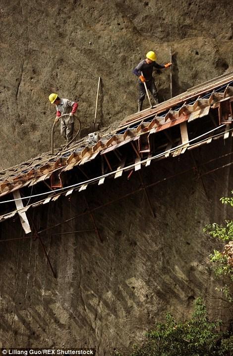 Những công nhân đánh cược số phận trên công trường xây dựng cao hàng trăm mét so với mặt đất