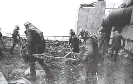 Tình nguyện viên dọn dẹp những mảnh vỡ tại hiện trường vụ nổ. Ảnh: Wikipedia