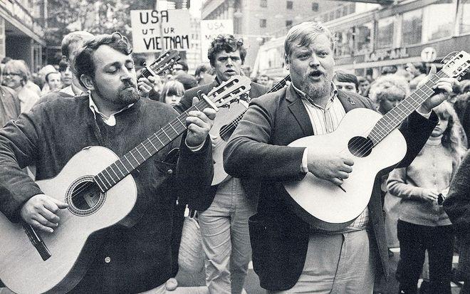 Những nghệ sĩ nổi tiếng biểu diễn trong một cuộc biểu tình phản đối Mỹ ở Stockholm, Thụy Điển năm 1965. Ảnh: Holger Ellgaard