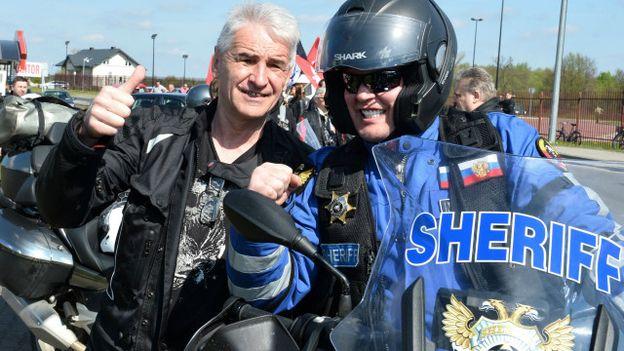 Tay lái mô tô Ba Lan (trái) chào đón bạn Nga cũng đi mô tô sang Ba Lan nhưng không thuộc nhóm 'Sói Đêm'