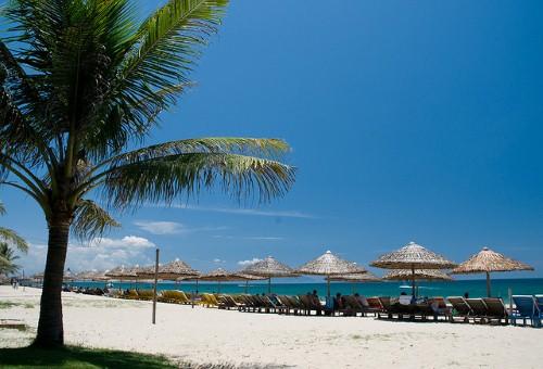 Biển Cửa Đại có bãi cát trắng mịn, làn nước trong xanh cùng mặt nước  êm ái