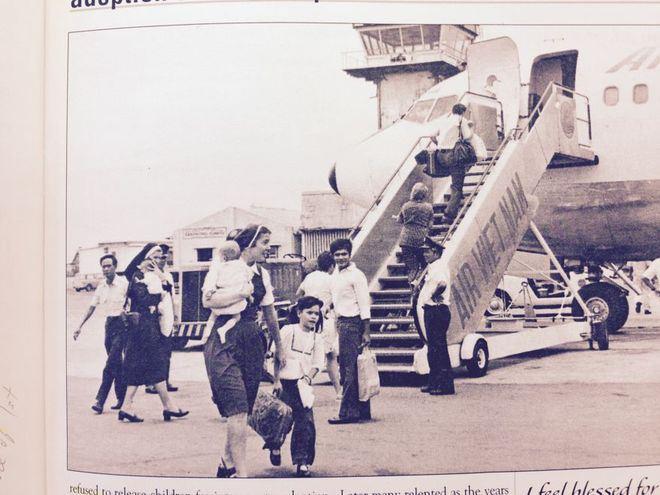 Các xơ và nhân viên xã hội tại sân bay Tân Sơn Nhất. Vào ngày 4/4, một chiếc máy bay C-5 gặp nạn ngay sau khi cất cánh, làm 78 trẻ em và 46 người lớn thiệt mạng.