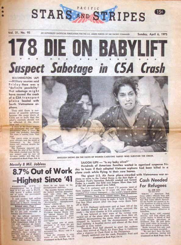 Báo chí Mỹ đưa tin về vụ máy bay C5A rơi. Do vụ nổ xảy ra ở cửa đuôi phi cơ nên dư luận Mỹ nghi ngờ khả năng ai đó phá hoại chuyến bay. Phi cơ gặp nạn cất cánh vào hôm 4/4/1975, một ngày sau khi ông Gerald Ford, tổng thống Mỹ khi đó, chính thức phê chuẩn chiến dịch Không vận Trẻ em. Ảnh: USMilForum