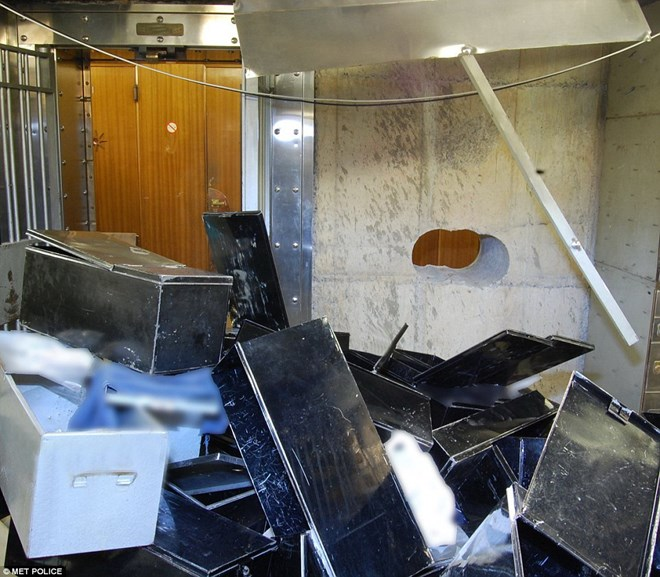 Những hộp đựng tài sản vứt chỏng chơ trên sàn hầm chứa. (Nguồn: dailymail.co.uk)