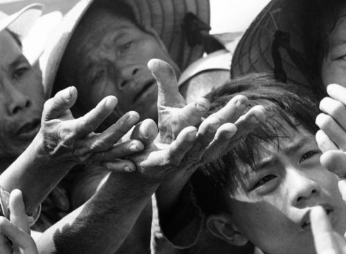Người bệnh và vô gia cư tại Huế chờ nhận thuốc từ bác sỹ quân y, tháng 8/1968. (AP/ The Atlantic)