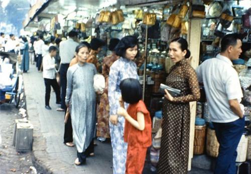 Phụ nữ Sài Gòn xưa mặc áo dài một cách phổ biến, một góc chợ với những bóng áo dài giản dị.