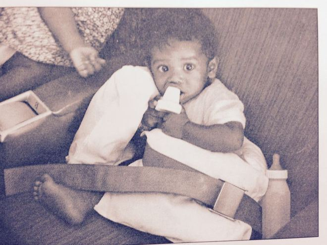 """Những em lớn hơn được cho ngồi trên ghế máy bay, chèn gối và thắt dây an toàn. Ít nhất 4 phi cơ vận tải lớn đã tham gia vào """"Chiến dịch Không vận trẻ em""""."""
