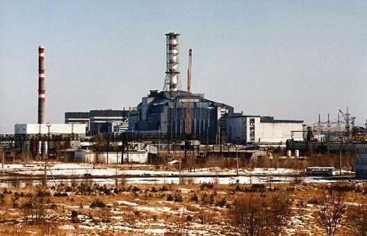 """Sau khi sự cố xảy ra, giới chức đổ một """"quan tài bê tông"""" quanh lò phản ứng số 4 để ngăn 190 tấn bụi phóng xạ tiếp tục phát tán ra môi trường. Tuy nhiên, theo thời gian và do ảnh hưởng của các chất phóng xạ, vỏ bọc ấy đang xuống cấp. Chính quyền Ukraine sẽ xây vỏ bọc mới bằng thép, hình mái vòm với chiều cao 105 m, chiều dài 150 m và chiều rộng 260 m quanh lò phản ứng số 4. Lớp vỏ bọc mới sẽ tồn tại khoảng 100 năm và chi phí xây dựng nó vào khoảng 1,3 tỷ Euro. Người ta gọi vỏ bọc mới là """"quan tài đá"""". Theo kế hoạch, quá trình xây dựng nó bắt đầu từ năm 2010 và sẽ kết thúc vào năm 2015. Tuy nhiên, dự án hoãn thường xuyên do nhiều nguyên nhân. Ảnh: BBC"""