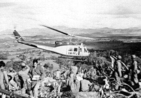 Trực thăng Bell 205 của AA tiếp tế vũ khí cho đội quân Vàng Pao ở Lào.
