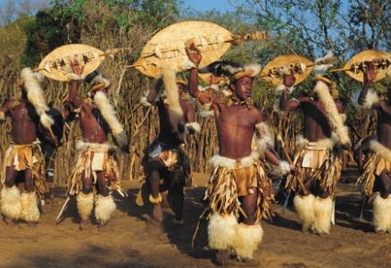 """Những người đàn ông Zulu trưởng thành đều thể hiện sự quyến rũ của mình bằng sức mạnh và sự """"đáng yêu"""" trong những điệu múa."""