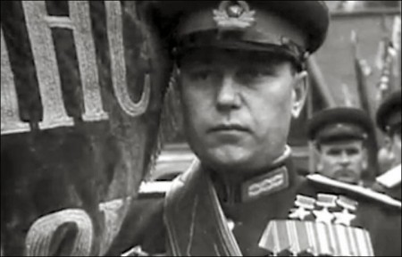 Đại tá, sư đoàn trưởng, ba lần Anh hùng Liên bang, trong đội hình duyệt binh mừng chiến thắng trên Quảng trường Đỏ, 1945
