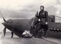 Bên chiếc P-39 Airacobra