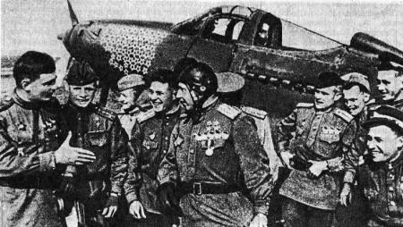 Cùng các đồng đội. Trở về sau trận chiến đấu trên chiếc P-39