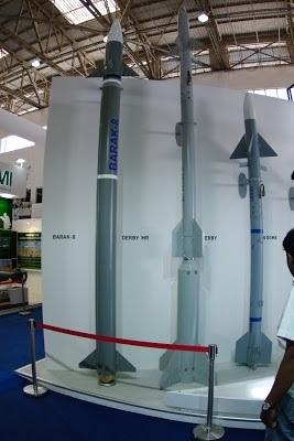 Đạn tên lửa Barak 8 dài 4,5m, đường kính thân 0,54m và sải cánh 0,94m và trọng lượng 275kg với đầu nổ 60kg. Đạn được trang bị 2 tầng động cơ đẩy không ...